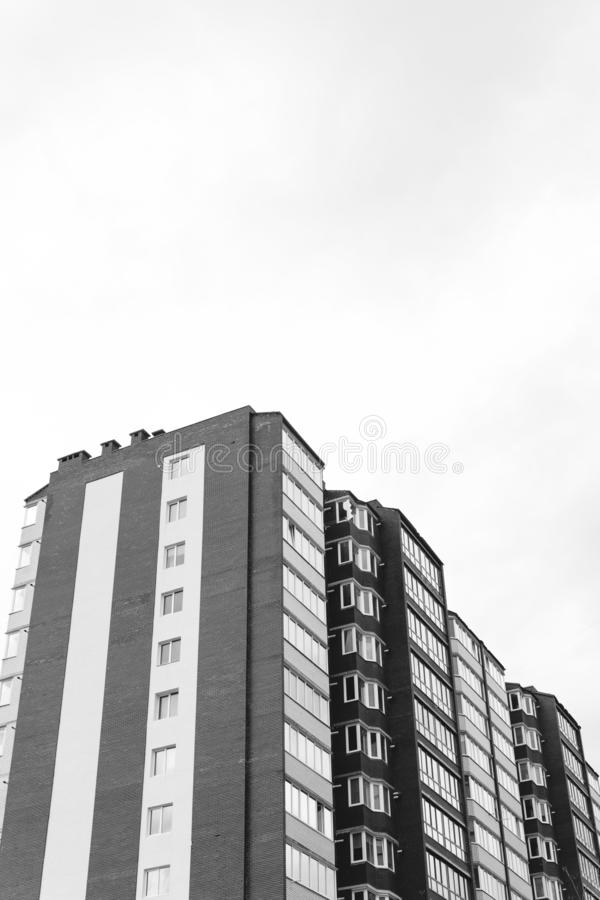 Αφηρημένο τεμάχιο της σύγχρονης αρχιτεκτονικής Κατοικημένο σύγχρονο κτήριο, δραματικός γραπτός, διαστημική, κάθετη φωτογραφία αντ στοκ φωτογραφίες