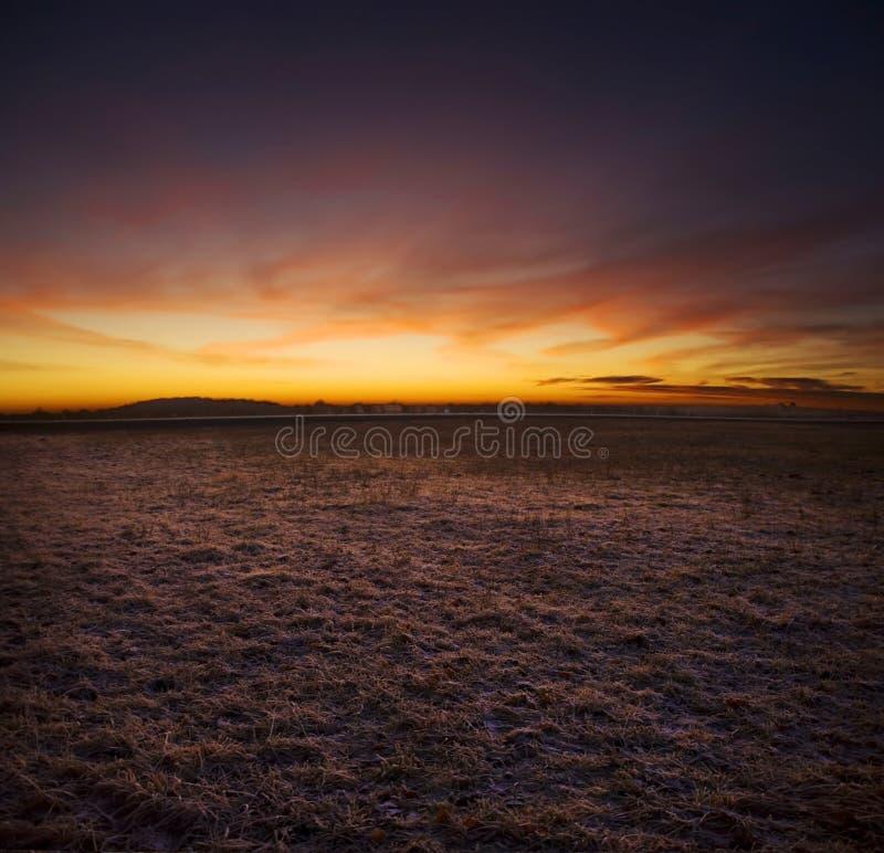 Αφηρημένο τοπίο βραδιού, τομέας ενάντια στο sunse στοκ φωτογραφία με δικαίωμα ελεύθερης χρήσης