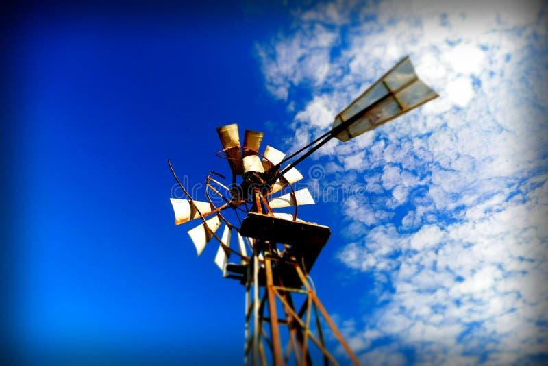 Αφηρημένο υπόβαθρο ανεμόμυλων μπλε ουρανού εκλεκτής ποιότητας στοκ εικόνα