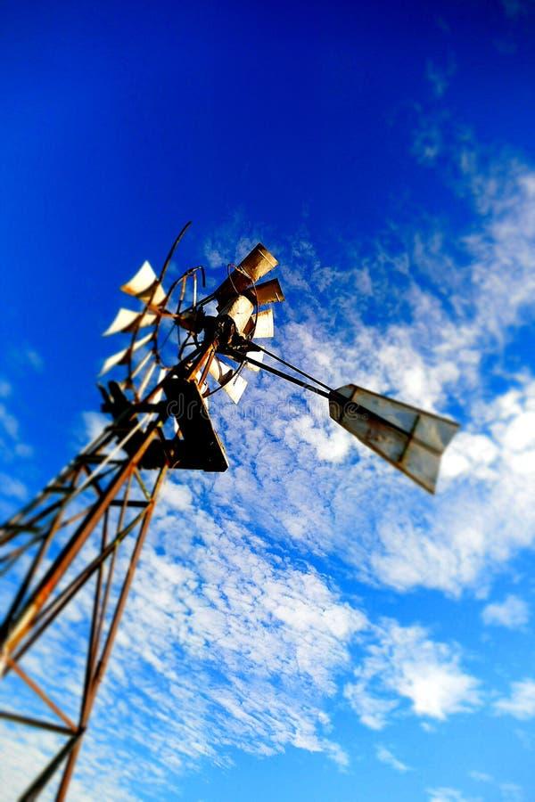 Αφηρημένο υπόβαθρο ανεμόμυλων μπλε ουρανού εκλεκτής ποιότητας στοκ φωτογραφία με δικαίωμα ελεύθερης χρήσης