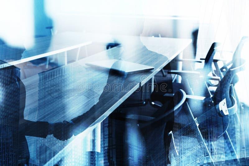 Αφηρημένο υπόβαθρο επιχειρησιακών χειραψιών με την αίθουσα συνεδριάσεων Έννοια της συνεργασίας και της ομαδικής εργασίας στοκ φωτογραφία