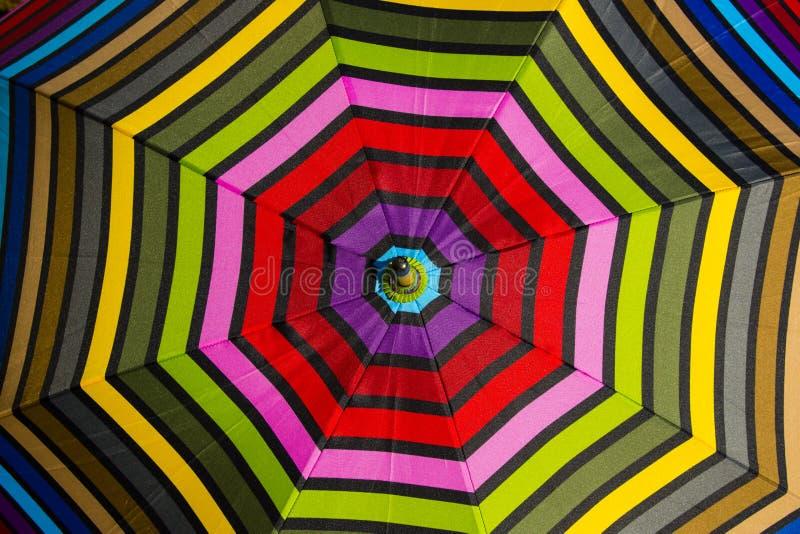 Αφηρημένο υπόβαθρο: Ζωηρόχρωμο σχέδιο ομπρελών στοκ εικόνα