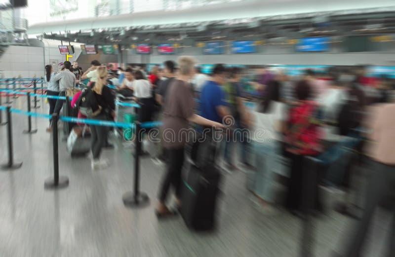 Αφηρημένο υπόβαθρο θαμπάδων, μετρητές εισόδου αερολιμένων με πολλούς επιβάτες στη σειρά αναμονής με Bokeh στοκ εικόνες