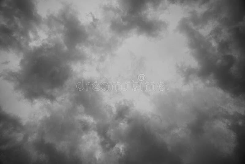 Αφηρημένο υπόβαθρο σύστασης του σκοτεινού ουρανού με τα σύννεφα θύελλας στοκ φωτογραφίες