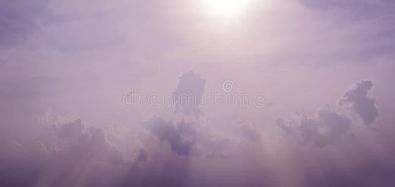 Αφηρημένο υπόβαθρο του ουρανού βανίλιας με μια ειδική ακτίνα παφλασμών στοκ φωτογραφία