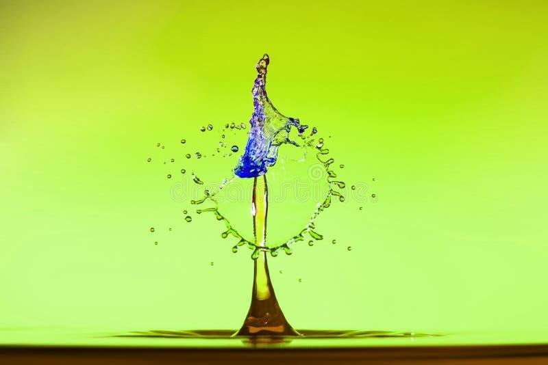 Αφηρημένο υπόβαθρο του παφλασμού του νερού χρώματος, σύγκρουση των χρωματισμένων πτώσεων στοκ εικόνες