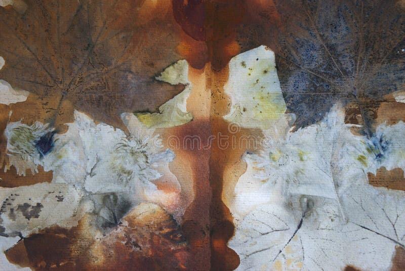 Αφηρημένο υπόβαθρο, τυπωμένη ύλη των φύλλων και των λουλουδιών σε χαρτί στοκ εικόνες με δικαίωμα ελεύθερης χρήσης
