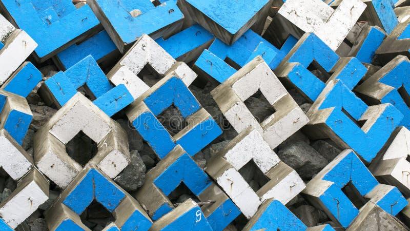 Αφηρημένο υπόβαθρο των τσιμεντένιων ογκόλιθων άσπρων και μπλε στοκ εικόνα με δικαίωμα ελεύθερης χρήσης