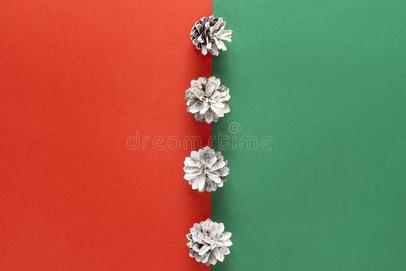 Αφηρημένο υπόβαθρο Χριστουγέννων με χρωματισμένους τους χιόνι κώνους πεύκων στοκ εικόνα