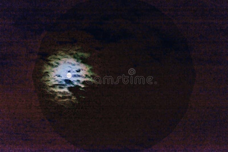 Αφηρημένο φυσικό τρομακτικό υπόβαθρο αποκριών, πανσέληνος, σκοτεινός πορφυρός νεφελώδης ουρανός, φωτεινό διπλό έξοχο φεγγάρι Τρύγ στοκ εικόνα με δικαίωμα ελεύθερης χρήσης