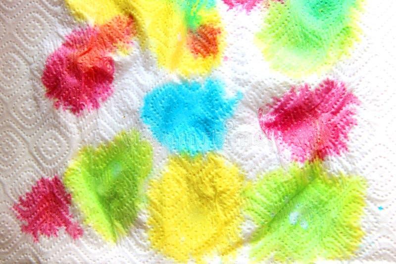 Αφηρημένο φόντο πολύχρωμες φωτεινές χρωστικές σε λευκή χάρτινη πετσέτα στοκ εικόνα