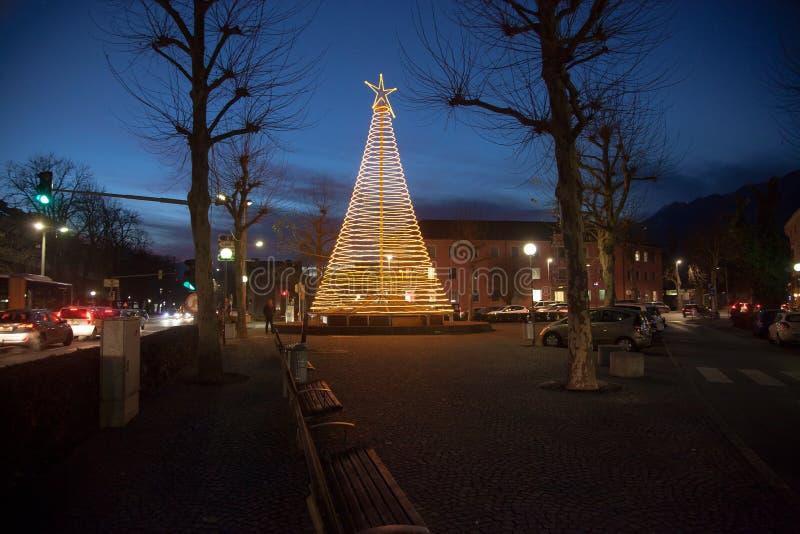 Αφηρημένο χριστουγεννιάτικο δέντρο στην αίθουσα στο Tirol, Αυστρία στοκ φωτογραφία με δικαίωμα ελεύθερης χρήσης