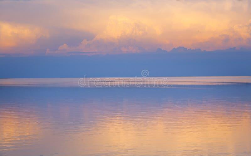 Αφηρημένο όμορφο ελαφρύ θερινό υπόβαθρο θάλασσας στοκ εικόνες