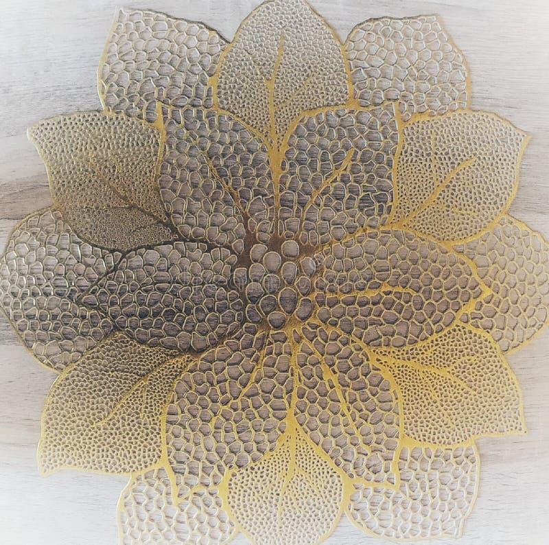 Αφηρημένο doily κίτρινο λουλούδι στον ξύλινο τοίχο ή το πάτωμα στοκ φωτογραφία με δικαίωμα ελεύθερης χρήσης