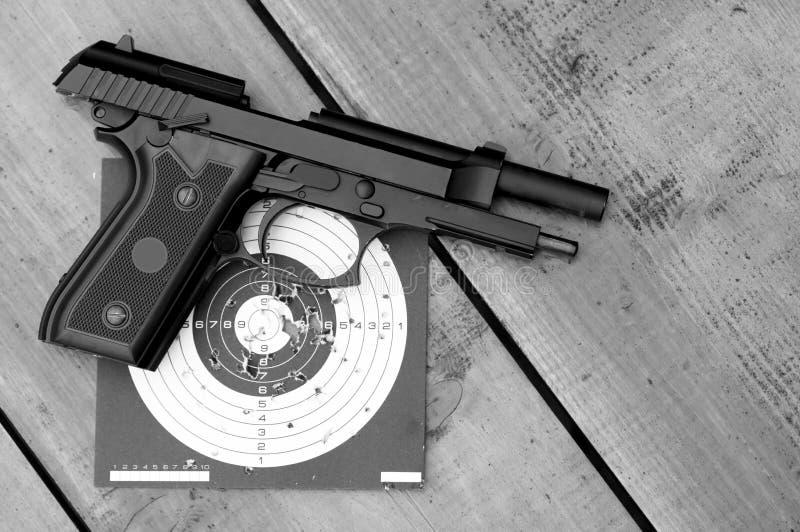 Αφοπλισμένο αεροβόλο πιστόλι στο στόχο στοκ φωτογραφία