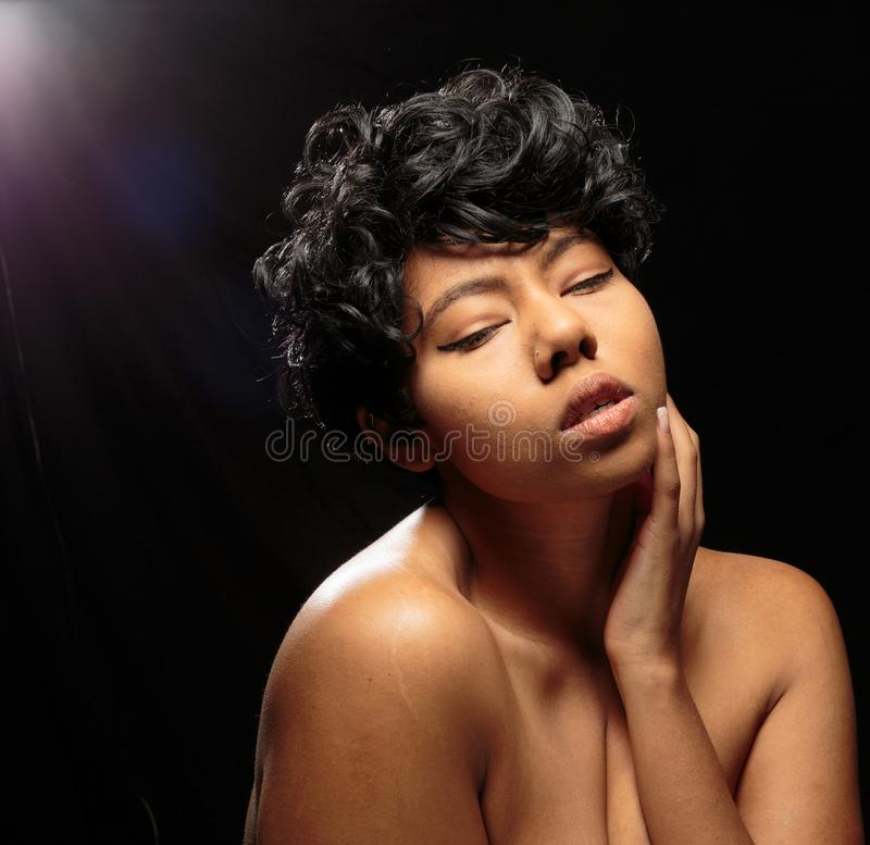 Αφράτοι πυροβολισμοί στούντιο μαύρων γυναικών nude στοκ εικόνες