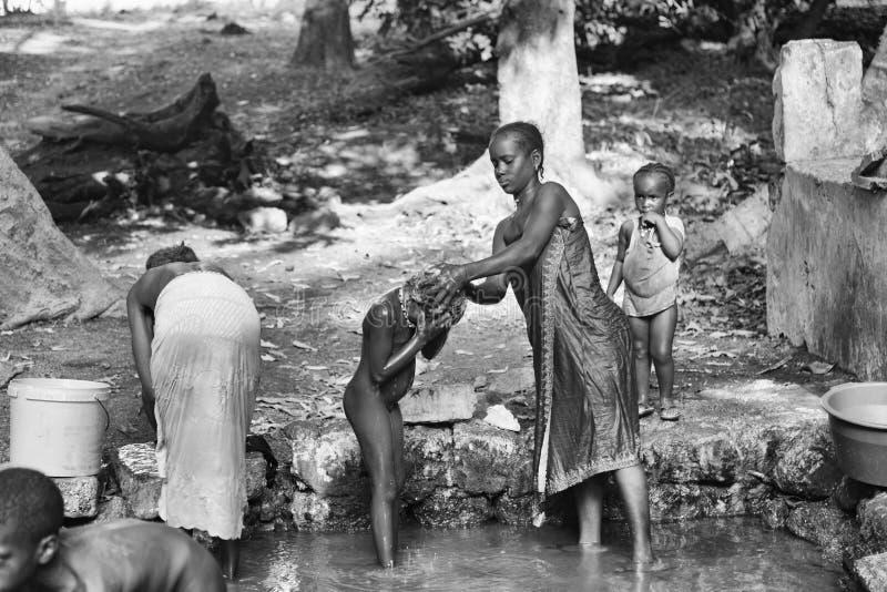 Download Αφρικανικές γυναίκες που πλένουν τα ενδύματα από τον ποταμό Εκδοτική Φωτογραφία - εικόνα από γηγενής, ταξίδι: 62707027