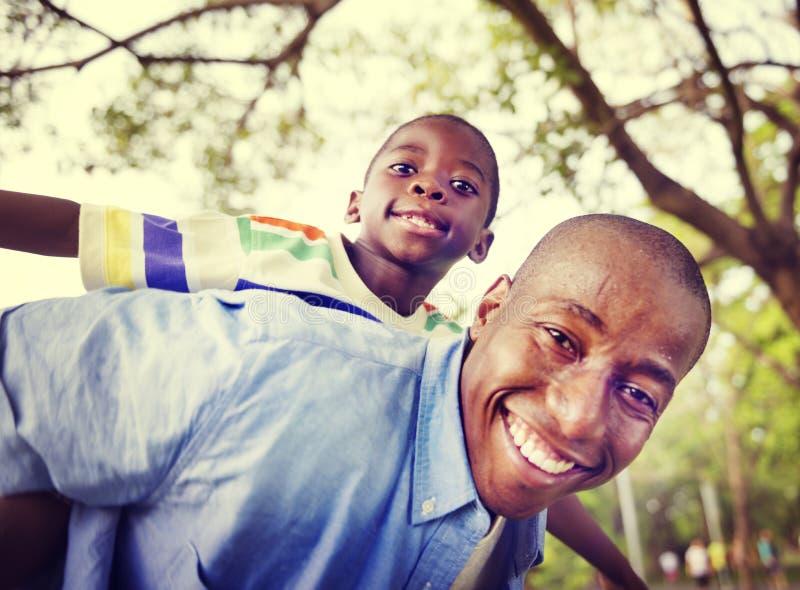 Αφρικανική έννοια δραστηριότητας διακοπών διακοπών οικογενειακής ευτυχίας στοκ εικόνες