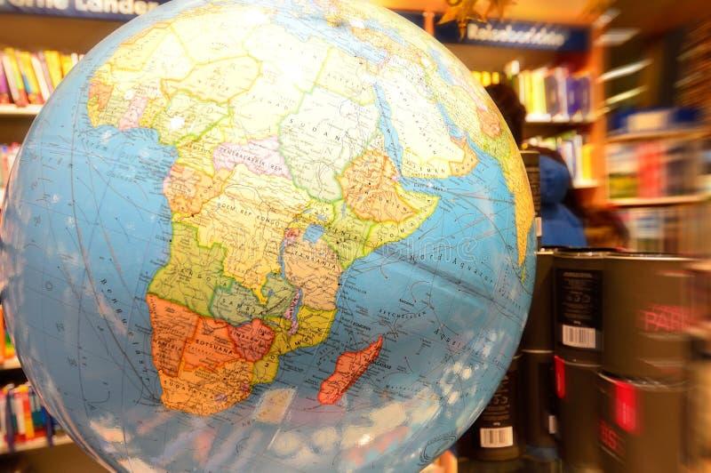 Αφρικανική ήπειρος στη γήινη σφαίρα στο βιβλιοπωλείο στοκ εικόνες