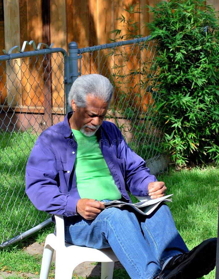 Αφρικανική ανάγνωση από άνδρες στοκ εικόνα με δικαίωμα ελεύθερης χρήσης