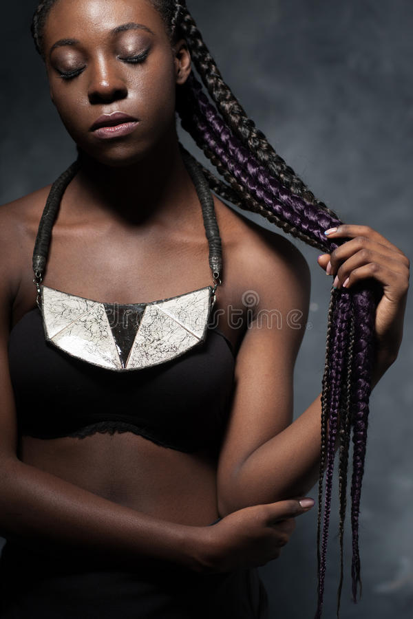 Αφρικανική γυναίκα με πολύ μακρυμάλλη που πλέκεται στην πολύχρωμη πλεξούδα στοκ φωτογραφία με δικαίωμα ελεύθερης χρήσης