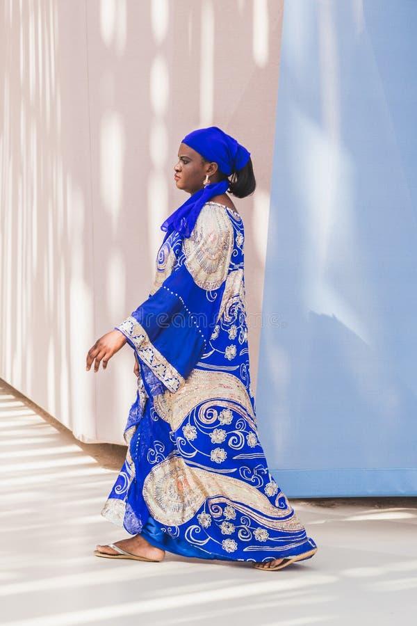 Αφρικανική γυναίκα που επισκέπτεται EXPO 2015 στο Μιλάνο, Ιταλία στοκ εικόνες