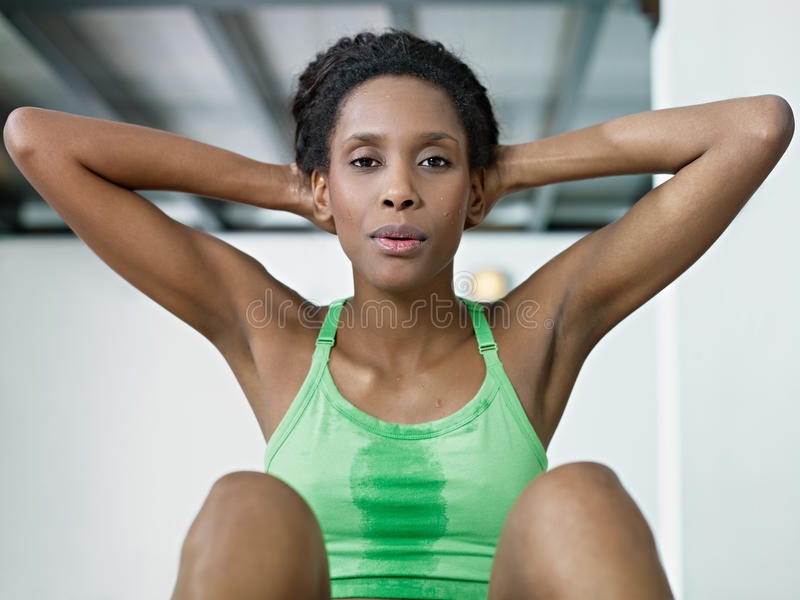 Αφρικανική γυναίκα που κάνει τη σειρά κρίσιμης στιγμής στη γυμναστική στοκ εικόνα με δικαίωμα ελεύθερης χρήσης