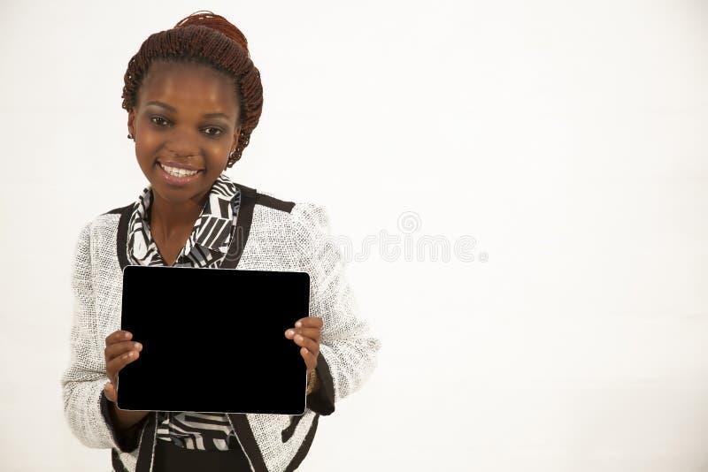 Αφρικανική γυναίκα που κρατά ένα κενό μαύρο σημάδι στοκ εικόνες
