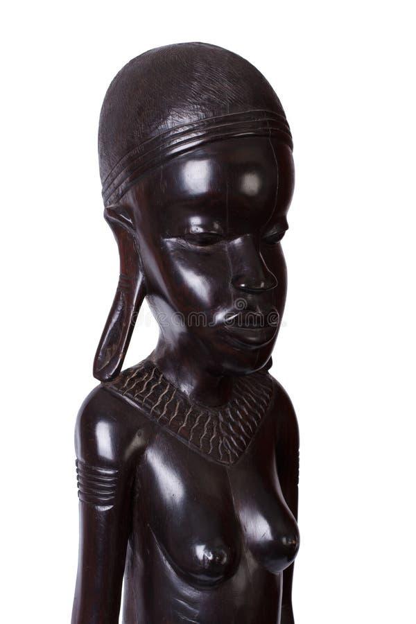 Αφρικανική γυναίκα που χαράζεται το ebony ξύλο που απομονώνεται από στοκ φωτογραφία με δικαίωμα ελεύθερης χρήσης