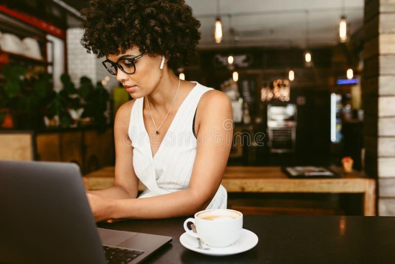 Αφρικανική γυναίκα στον καφέ στοκ εικόνες