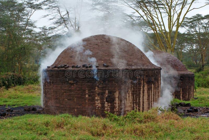 Αφρικανική καλύβα για την παραγωγή του ξυλάνθρακα στοκ φωτογραφία