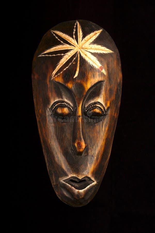 Αφρικανική ξύλινη μάσκα στο Μαύρο στοκ εικόνες