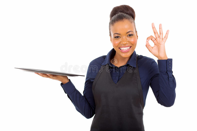 Αφρικανική σερβιτόρα που δίνει εντάξει στοκ εικόνα