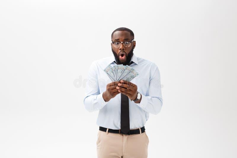 Αφρικανικός ευτυχής και έκπληκτος ενθαρρυντικός τραπεζογραμματίων εκμετάλλευσης ατόμων εκφράζοντας wow τη χειρονομία στοκ εικόνα