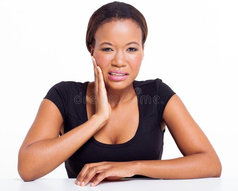 Αφρικανικός πονόδοντος γυναικών στοκ εικόνα