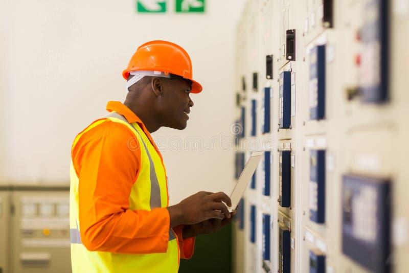 Αφρικανικός τεχνικός εργαζόμενος στοκ εικόνες