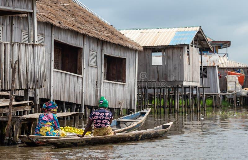 Αφρικανικός χωρικός τρόπου ζωής Nokoué λιμνών του Μπενίν στοκ φωτογραφίες