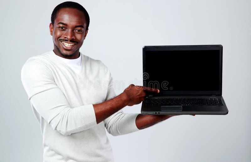 Αφρικανικό άτομο με το lap-top στοκ εικόνες με δικαίωμα ελεύθερης χρήσης
