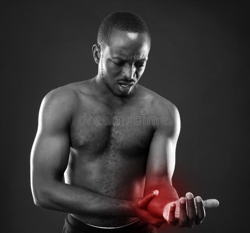 Αφρικανικό άτομο που ελέγχει το σφυγμό στοκ φωτογραφία