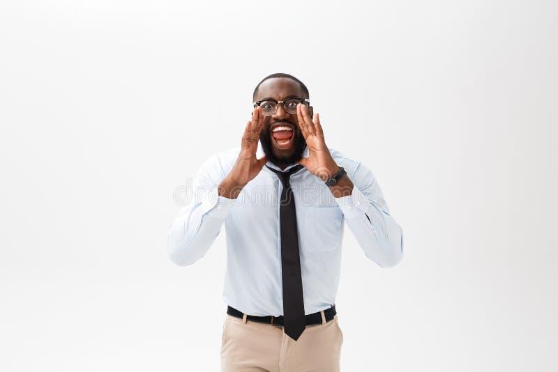 Αφρικανικό άτομο που φωνάζει με το χέρι στο στόμα του που απομονώνεται σε ένα άσπρο υπόβαθρο στοκ φωτογραφίες με δικαίωμα ελεύθερης χρήσης