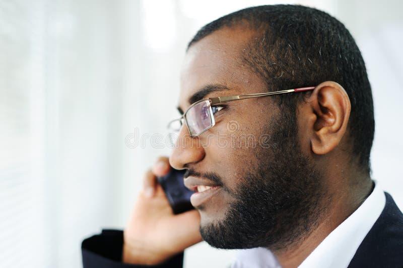 Αφρικανικό άτομο στο τηλέφωνο στοκ εικόνες