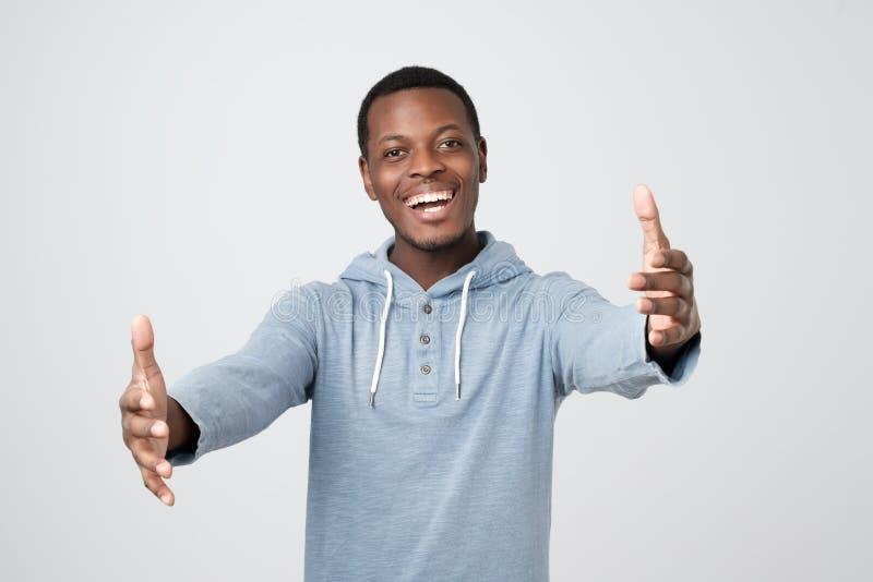 Αφρικανικό άτομο Cheerfull, που τραβά τα χέρια προς τη κάμερα, που θέλει να αγκαλιάσει στοκ εικόνες με δικαίωμα ελεύθερης χρήσης