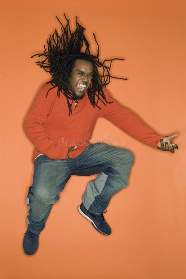 αφρικανικό αέρα αμερικανικό παιχνίδι ατόμων κιθάρων πηδώντας στοκ φωτογραφίες με δικαίωμα ελεύθερης χρήσης