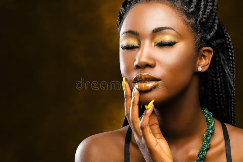 Αφρικανικό θηλυκό πορτρέτο ομορφιάς με τις προσοχές ιδιαίτερες στοκ φωτογραφίες