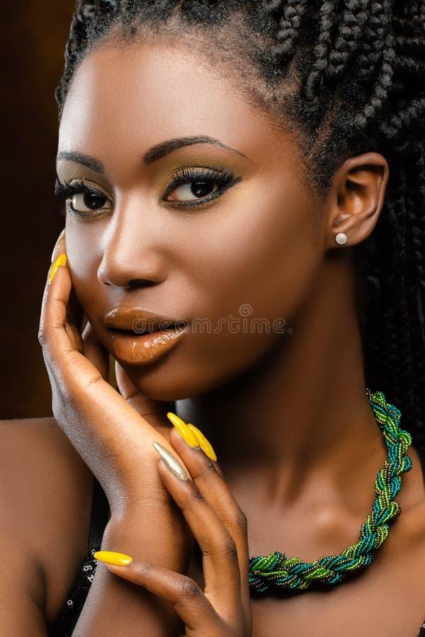 Αφρικανικό καλλυντικό πορτρέτο της νέας γυναίκας στοκ φωτογραφίες