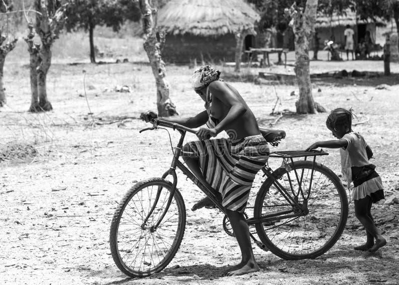 Download Αφρικανικό κορίτσι με ένα ποδήλατο Εκδοτική Στοκ Εικόνες - εικόνα από τοπικός, νέος: 62707793