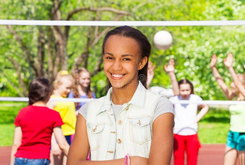 Αφρικανικό κορίτσι στην παιδική χαρά κατά τη διάρκεια του παιχνιδιού πετοσφαίρισης στοκ φωτογραφία με δικαίωμα ελεύθερης χρήσης