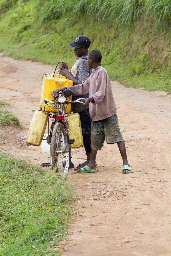 Αφρικανικό νερό φροντίδας αγοριών στοκ εικόνες