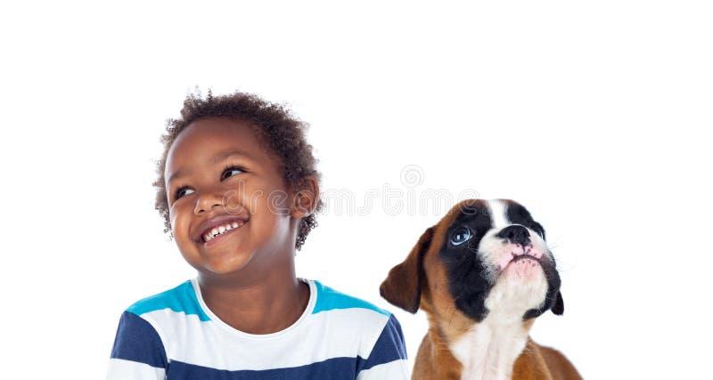 Αφρικανικό παιδί με το σκυλί του που ανατρέχει στοκ εικόνες