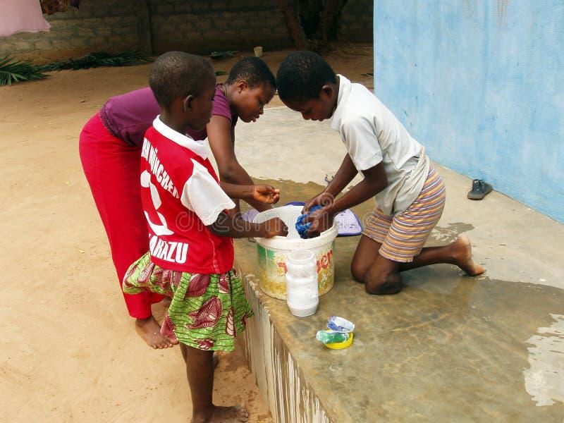 αφρικανικό πλύσιμο ενδυμάτων παιδιών στοκ εικόνες